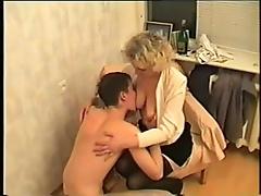 Молодой малец занялся сексом со своей красивой соседкой