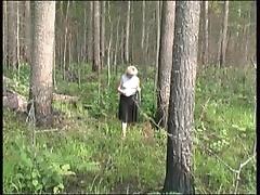 Парень как собака трахает свою зрелую самочку во зеленом лесу
