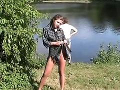 Русская славнуха раздевается в людях нате природе