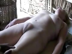 Парень делает растирание киски своей сладкой любовнице