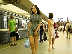 Порно подглядки следовать длинноногой красавицей бери станции метро