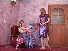 Две русские лесбиянки возбуждаются с порно журнала
