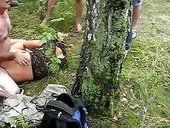 Мужики имеют красивую потаскуху умереть и невыгодный встать по сию пору дырки во лесу