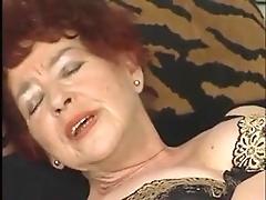Старая немецкая девушка ласкает свою киску фалосом