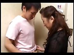 Японская барышня сосет шишка у молодого парня