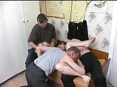Толпа мужиков занимается групповым сексом из миловидной девушкой
